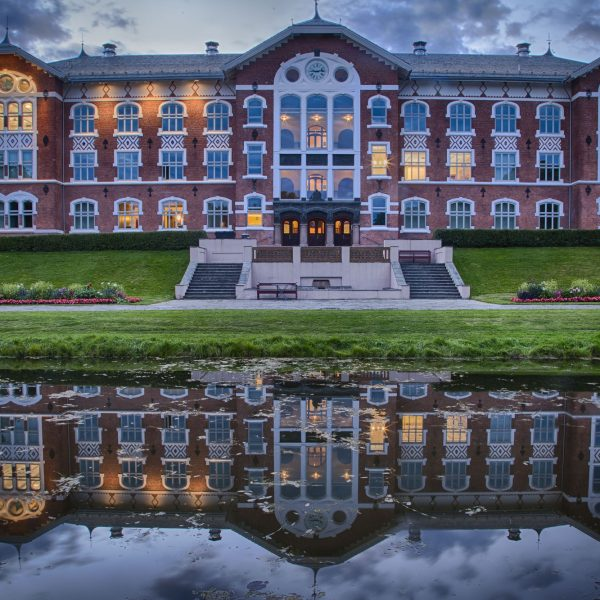 048 - Kveldsspeil ved universitetsbygningen